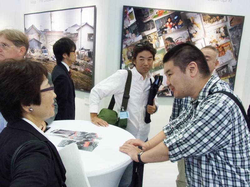 「生きる」写真展会場に集まった日本の写真ジャーナリストと千代田さん。市川さん提供