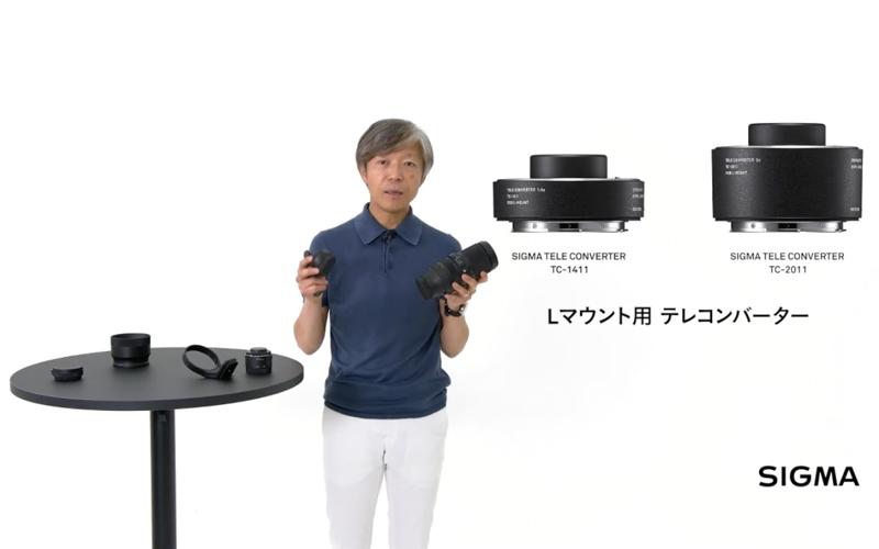対応レンズ「SIGMA 100-400mm F5-6.3 DG DN OS Contemporary」とテレコンバーターを手にする、同社代表取締役社長山木和人氏(6月18日配信の「SIGMA STAGE Online」より)