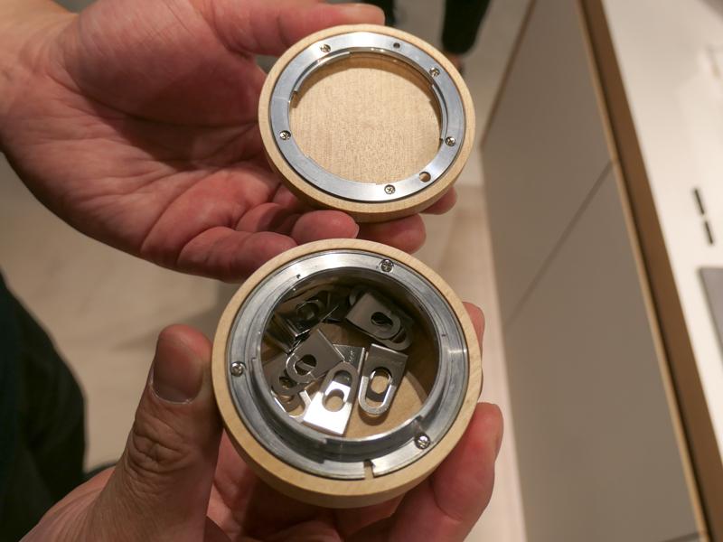 バヨネットマウントをフタの開閉機構に使った小物入れ。革、木、鉄、真鍮といったカメラによくあるマテリアルを使っているのが、このコーナーのポイント。