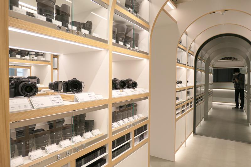 壁面に鏡も使い、明るく広々と感じさせる。