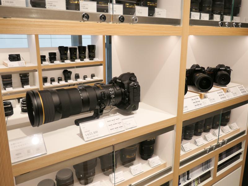 ニコンD6のような高級機も触れる。上下のガラス棚には、触れるカメラと同じマウントのレンズを陳列。これもスタッフに頼めば出してもらえる。