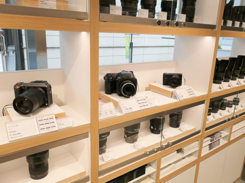 ハッセルブラッドX1D II 50C、ペンタックス645Z、SIGMA fpが一列に。そして奥にはカールツァイスOtusシリーズ。