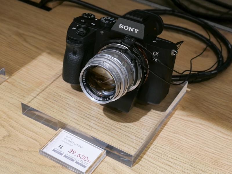 ソニーα7シリーズにTECHARTのLM-EA7を組み合わせ、マニュアルのライカMレンズでAF撮影しよう、という展示。
