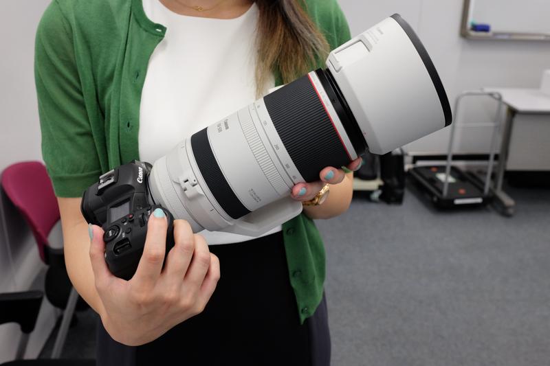 詳細が発表されたRF100-500mm F4.5-7.1 L IS USM。装着しているボディはEOS R5
