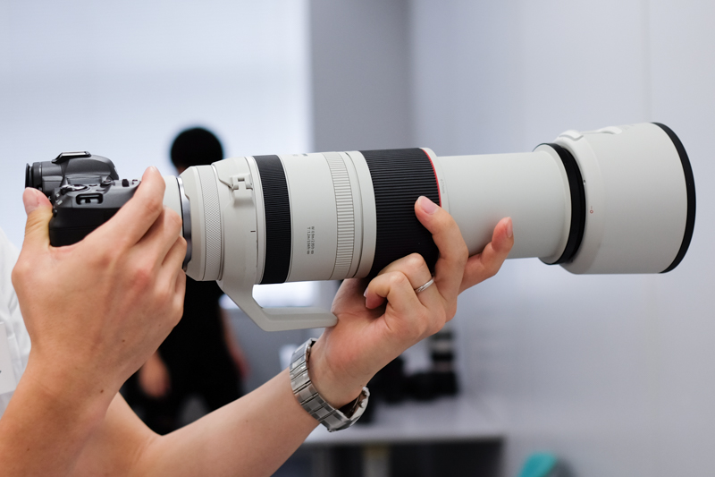 EXTENDER RF2×を装着した状態。組み合わせているカメラはEOS R5