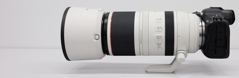 100mm側。装着しているカメラはEOS R5。三脚座を装着した状態で自立する。三脚使用時の重量バランスも良さそうだ