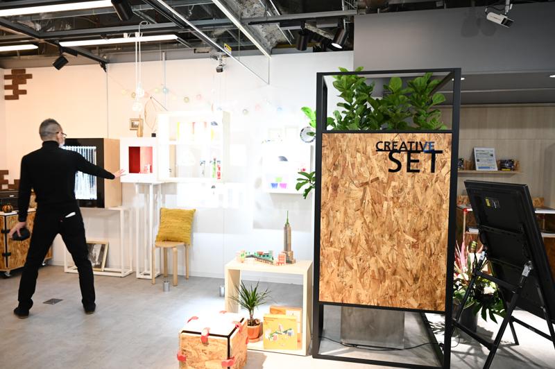 クリエイティブセットは色温度などライティングを細かく調整することができる。さながら小さなスタジオといった趣だ。来場者自身の小物持ち込みも可能だとしており、様々な撮影体験を試すことができるスペースとして位置づける