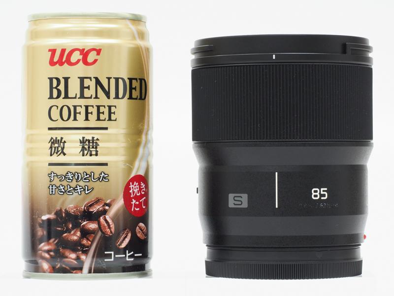 LUMIX S 85mm F1.8のサイズ感。例によって缶コーヒーと並べてみたが、小型であることが実感いただけるだろうか