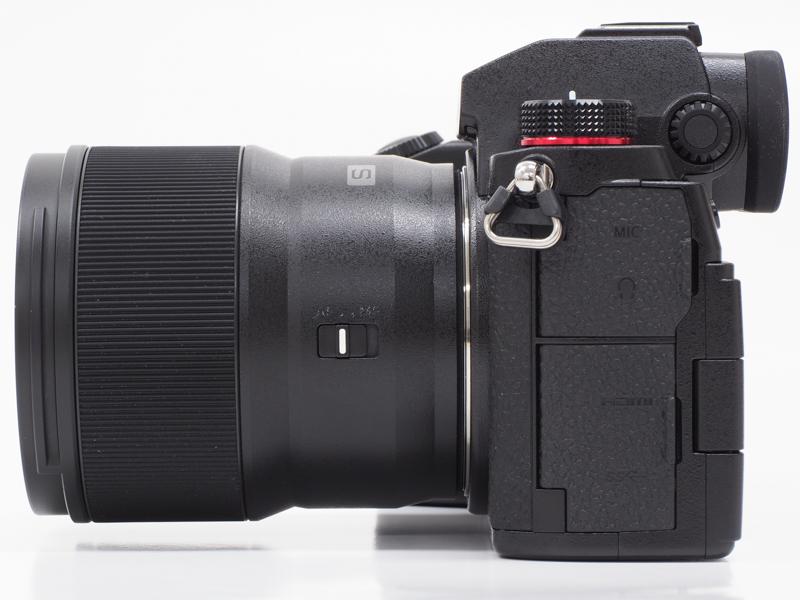 側面から。本レンズの全長は約82.0mmで、鏡筒の最大径は73.6mm。同じく小型軽量性が特徴のひとつでもあるLUMIX S 20-60mm F3.5-5.6の外形寸法をみてみると、全長約87.2×最大径77.4mmとなっている(重量は約350g)。本レンズよりわずかに大きいサイズ感ということになる