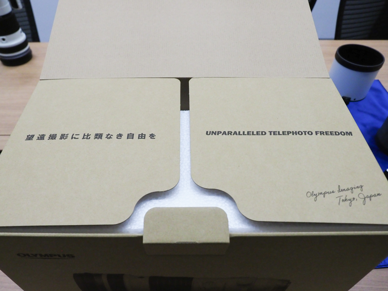 製品の化粧箱にはコンセプトワードと開発チームのサインが記されている。