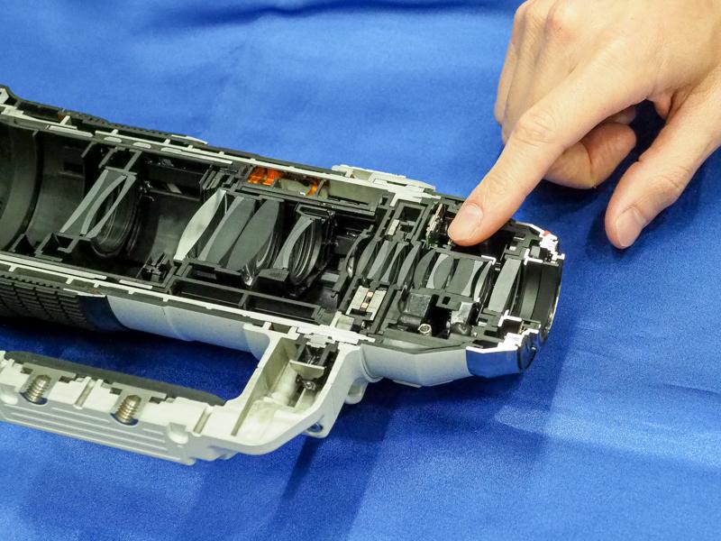 内蔵テレコンバーターは、レンズ群の後方に配置されている。