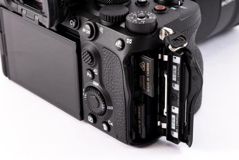 カードスロットはCFexpress Type A、SDカードともに2つずつ備えている