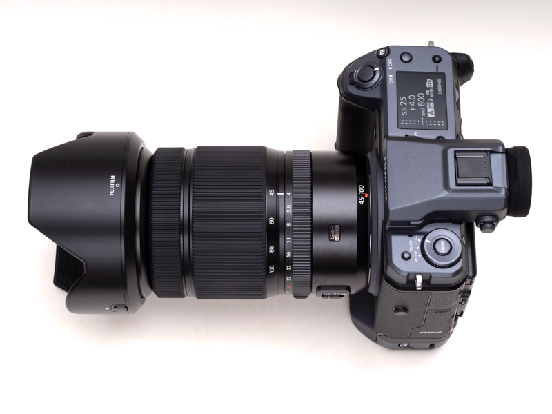 GFX100にGF45-100mmF4 R LM OIS WRを装着したところ。製品には専用のレンズフードが付属している