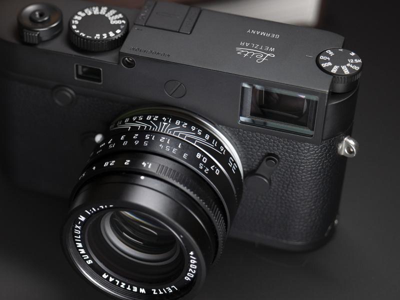 ズミルックスM f1.4/35mm ASPH. Leitz Wetzlarは、ライカM10モノクロームLeitz Wetzlarと同時発売。文字や指標がモノトーンになり、フロントの化粧リングに「LEITZ WETZLAR」の文字がある。