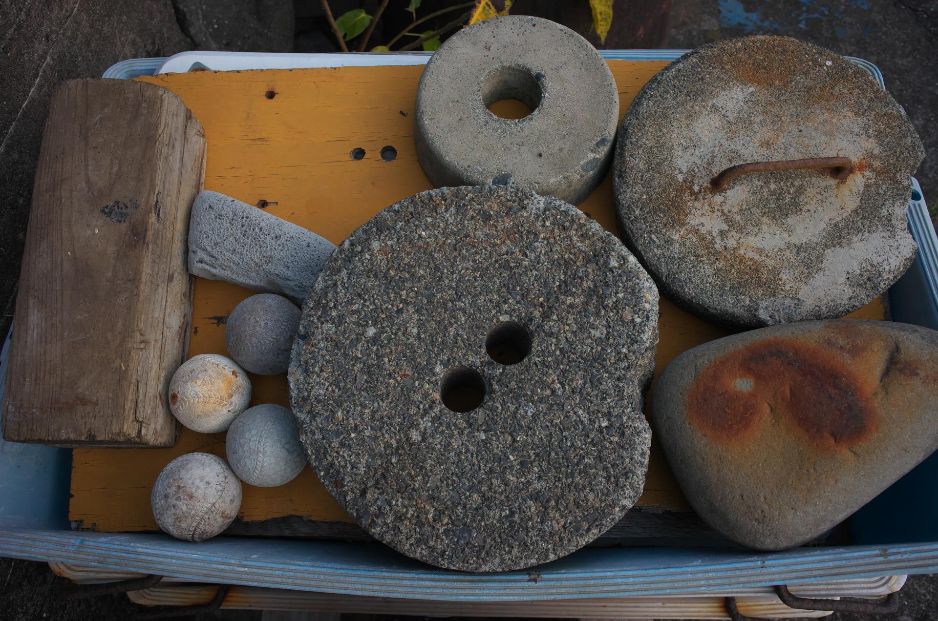 今回の作例の多くはとある漁港で撮影しています。パズルのように敷き詰められた、おそらくウェイトとして使用されるコンクリートや石でしょうか。これも素晴らしい再現性です。<br>COOLPIX A(F5.6・1/160秒)ISO 800