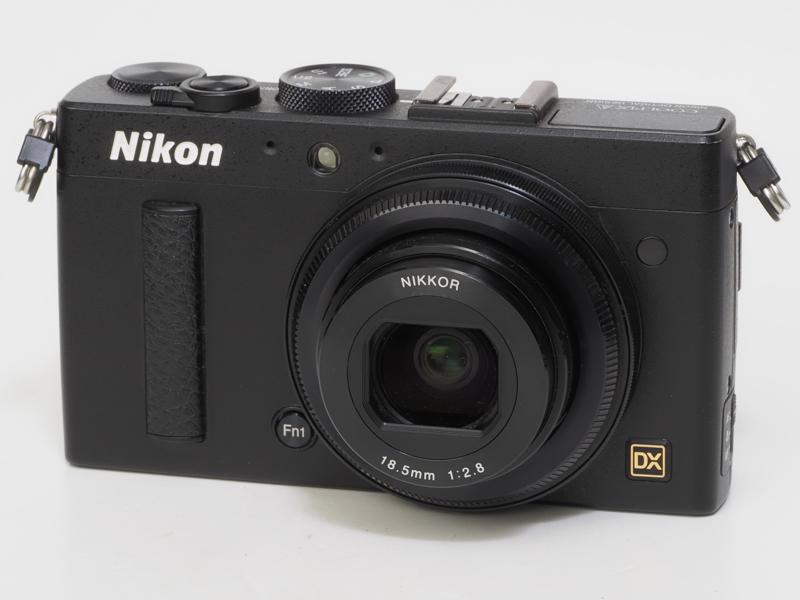 ニコンCOOLPIX A。発売当時の価格は12万円ほど。高性能単焦点レンズを搭載した高級コンパクトへのニコンの挑戦でした。外付けファインダーやフードも用意された趣味的なカメラでもありましたが、なんか覚悟が弱いというか、もっと高級感が欲しかった感じはしますね。それにネックストラップアイレットの位置が悪いのと三角感が似合いません。