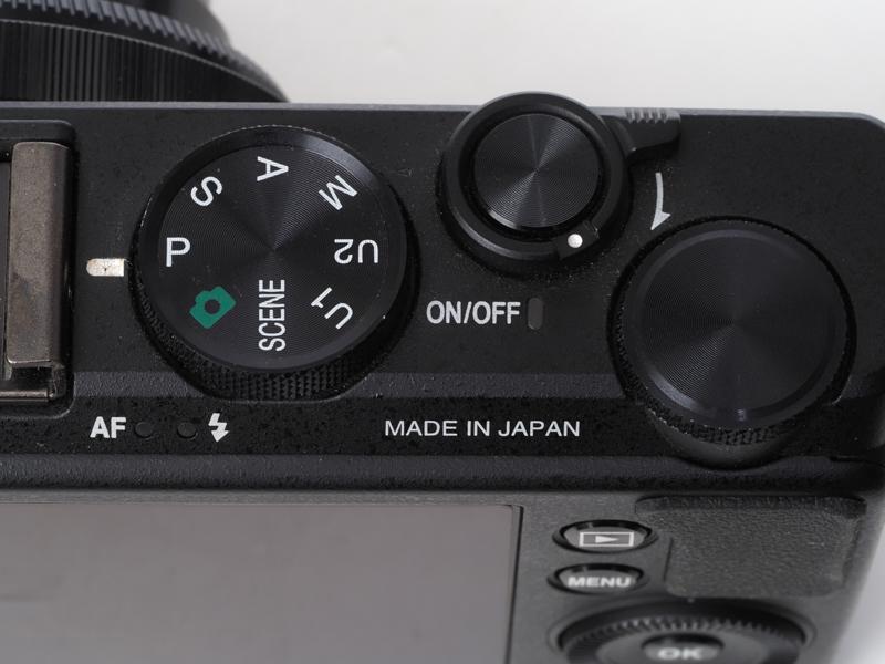 カメラ上部のダイヤル類です。操作性は良好で仕上げも悪くはないですが、高級感があまりないのはなぜかなあ。