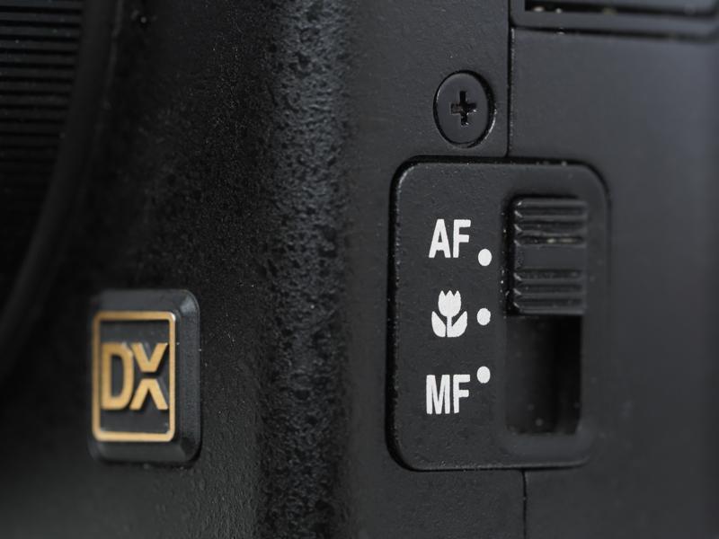 MFとマクロに切り替えるには、ボディ脇のスイッチを使います。この位置だと戻し忘れますね。かつてのニコン28Tiのストロボ切り替えスイッチにも似てますね。