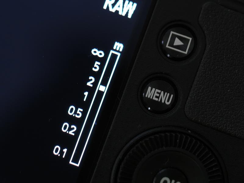 MFに設定すると、距離指標バーが出現。レンズ基部のダイヤルを回すことで距離設定が連続的に変えられます。実焦点距離が18.5mmと被写界深度が深いレンズのため、目測でアバウトに設定してもまず失敗はありません。