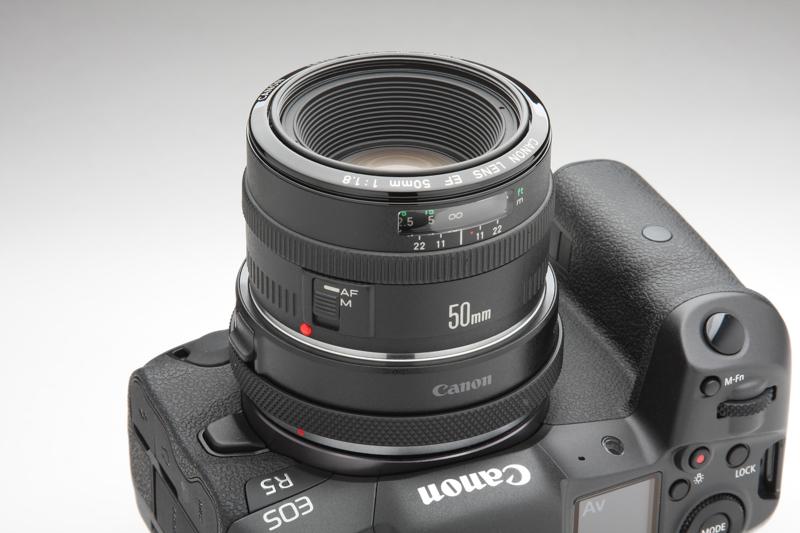 """初代EFマウント版""""50mm F1.8""""であるEF50mm F1.8。高級感こそないが、距離目盛窓や操作しやすい位置にフォーカスリングを備えている。このレンズの後に続く2本のEFマウント""""50mm F1.8""""は基本的に同じ光学系としている"""