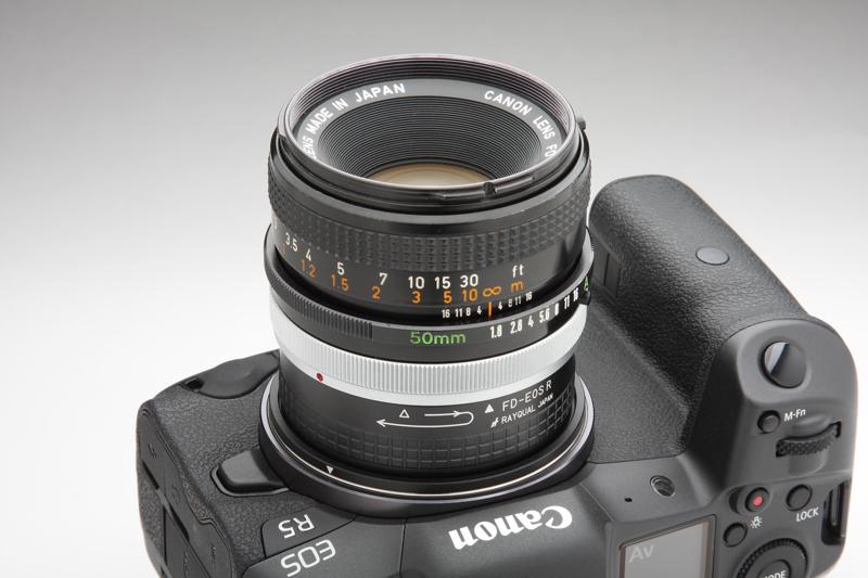 """FDレンズの""""50mm F1.8""""は4モデルあり(New FDレンズを除く)、本レンズはその3世代目。鏡筒のつくり、フォーカスリングの操作感など真面目につくられたことのわかる1本だ"""