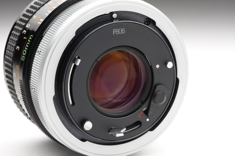 スピゴットタイプのマウントを採用している。レンズ周辺部にはボディへの情報伝達用のレバーやピンなどが複雑に並ぶ