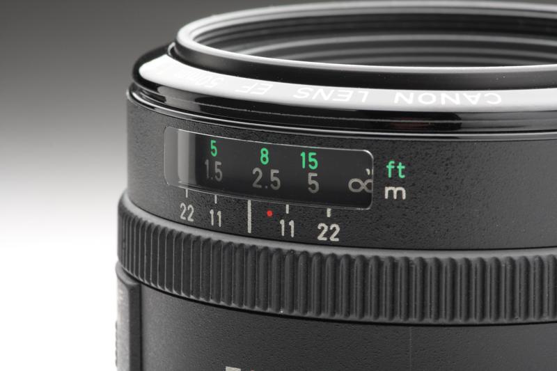 FD50mm F1.8 S.C.と同じく撮影距離目盛や被写界深度目盛、赤外線指標(赤い点)を備える。この時代のオートフォーカスレンズはまだ簡略化されている部分は少なかった
