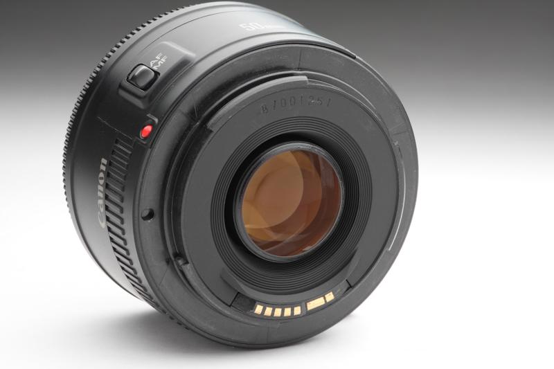 """キヤノンの""""50mm F1.8""""では唯一のプラスチック製のマウントを採用するEF50mm F1.8 II。販売価格を考えれば納得できるものであるが、チープな感じであることはやはり否めない"""