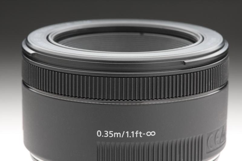 EF50mm F1.8 STMはフォーカスリングも幅のあるものとなり、より操作感は向上。ただし、純正のフードを装着するとフォーカシングする指にそれが当たってしまい操作感が低下するのは何とも残念