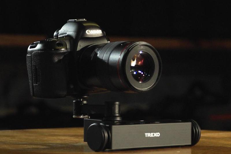 カメラの三脚ネジ穴を利用して取りつける。スマートフォンは、これを利用したホルダーを装着して対応していることがみてとれる。