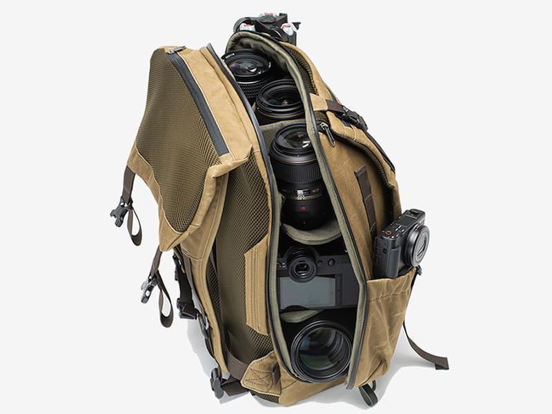 バッグの両端を1本のジッパーで結ぶシェル(貝型)構造。ジッパーは耐水式を採用