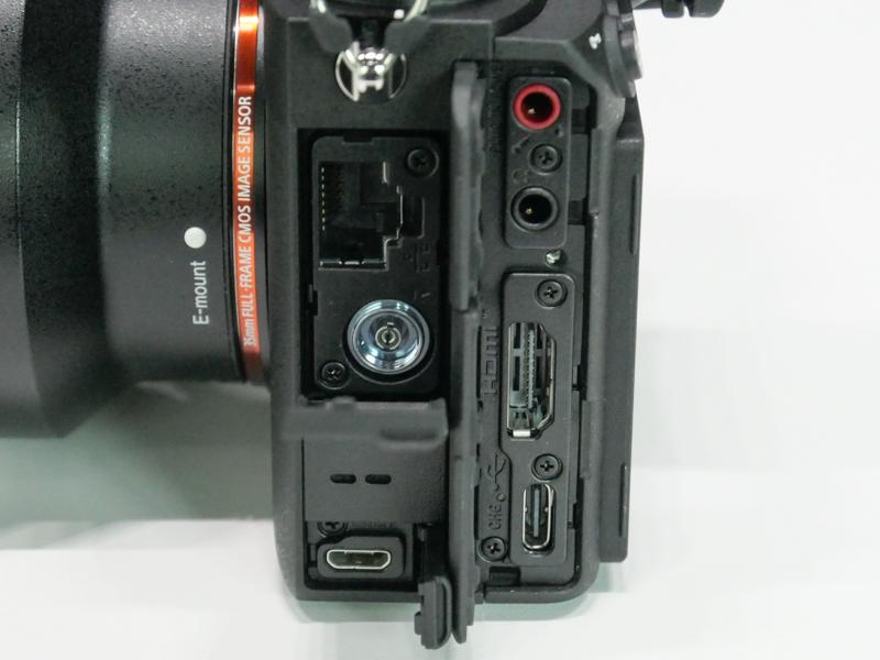 側面端子類。有線LAN、シンクロ端子、microUSBとUSB Type-C、HDMI Type A出力、マイク入力/ヘッドフォン出力がある。赤外線とBluetoothのワイヤレスリモコンにも対応。