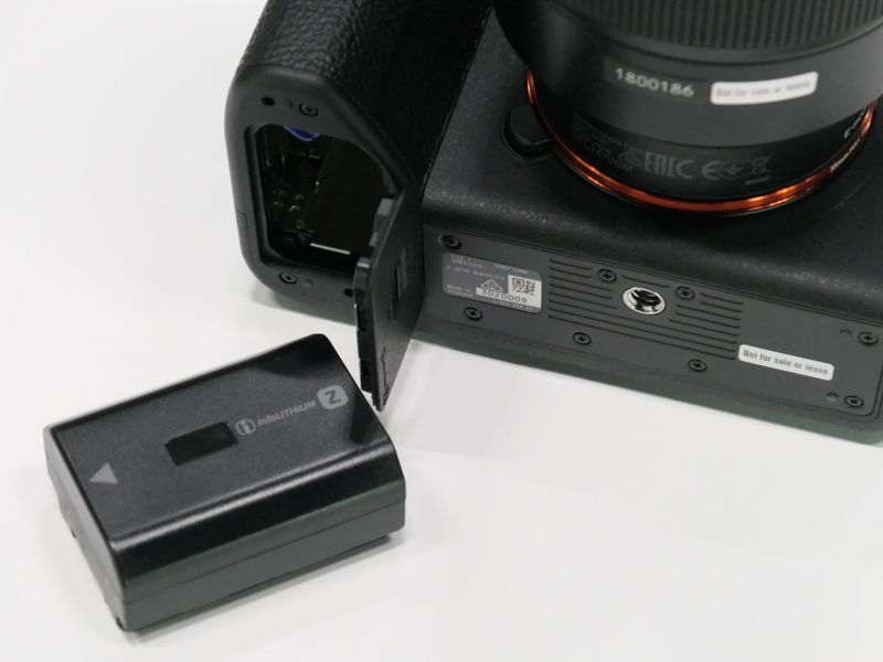 対応バッテリーはNP-FZ100。別売のバッテリーグリップ「VG-C4EM」も使える。