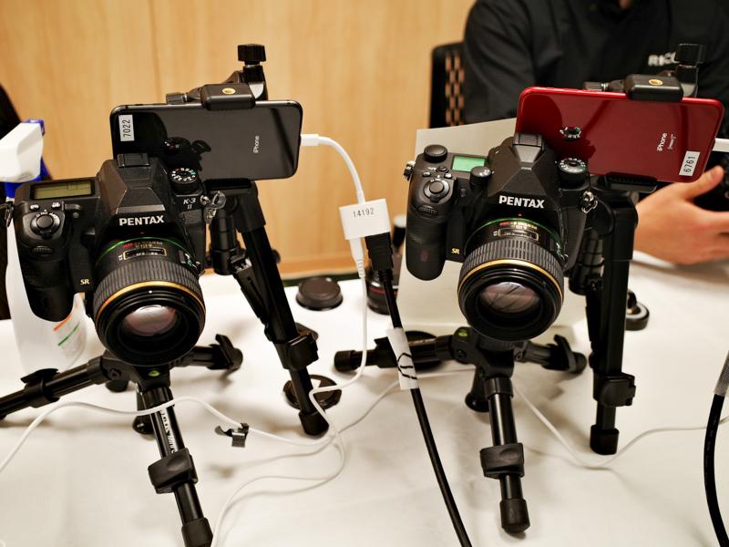 K-3 Mark IIIとK-3 IIのファインダー部にスマートフォンを固定し、ファインダー像の違いを体験してもらう仕組み。余談だが、カメラ誌編集者がファインダー内を撮影するときも同じ手法を使う。