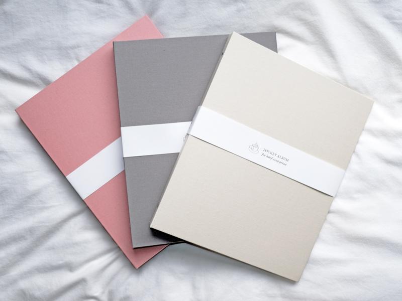 アルバムはホワイトベージュ、ベビーピンク、ダスティグレーの3色から選べる