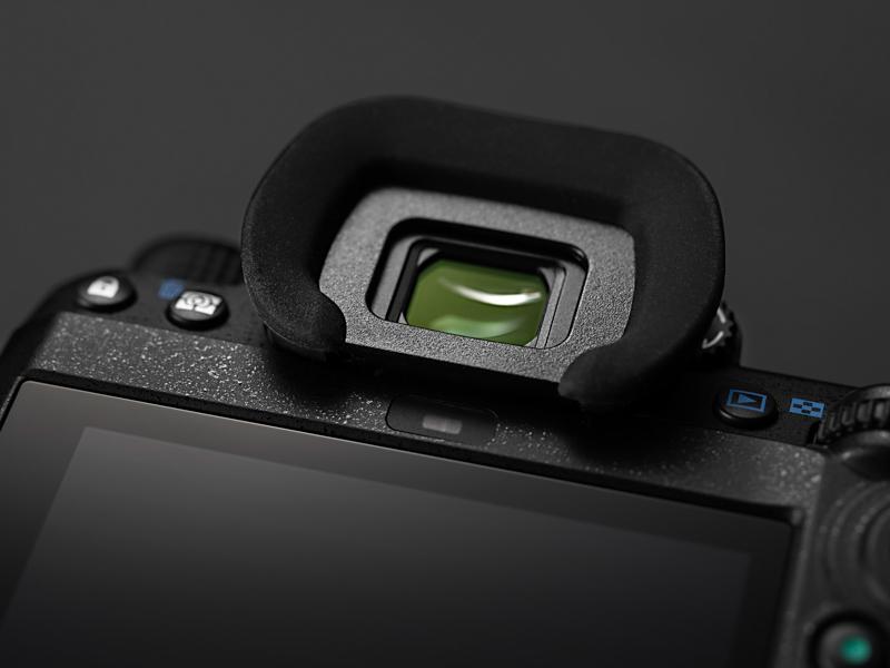 ファインダー接眼部の下側にアイセンサー