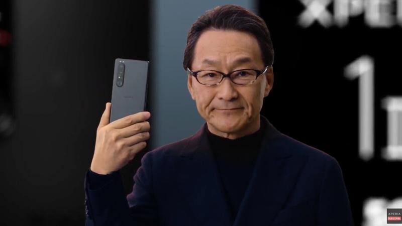 Xperia 1 IIIを手にする岸田光哉氏(ソニーモバイルコミュニケーションズ株式会社代表取締役社長)