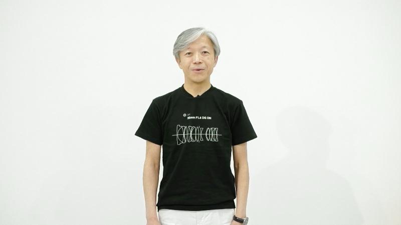 株式会社シグマ代表取締役社長の山木和人氏。着用している新レンズTシャツは5月21日に税込2,750円で発売。