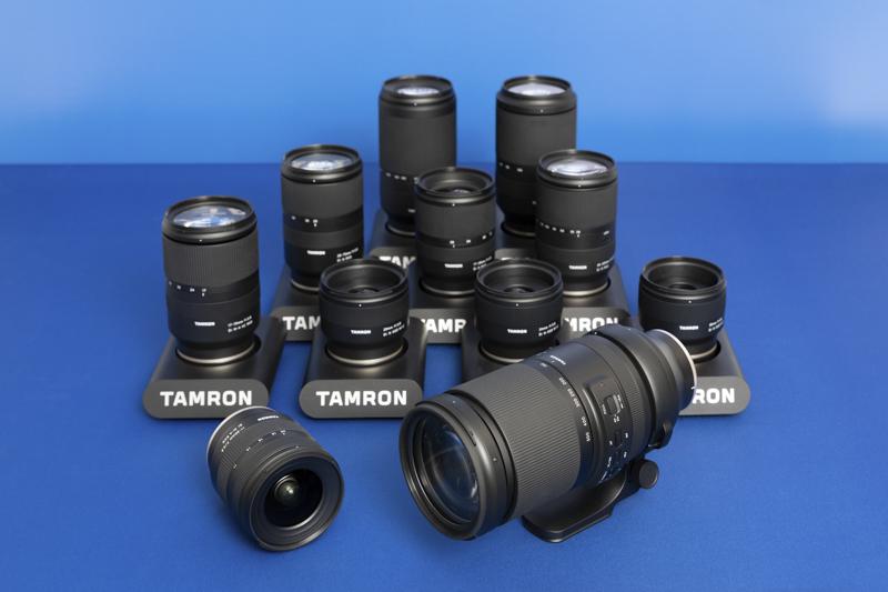 タムロンのミラーレス用レンズ。手前は新製品の「11-20mm F/2.8 Di III-A RXD(Model B060)」(左)、「150-500mm F/5-6.7 Di III VC VXD(Model A057)」(右)。