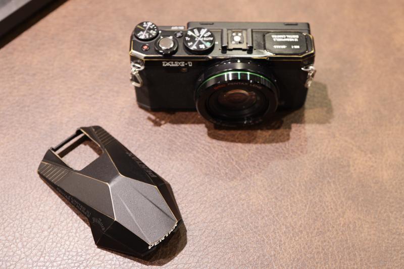 トップカバーに真鍮部材を用いたレンズ一体型カメラ「PENTAX MX-1」。写真の実機はTKO氏のカスタムが施された状態