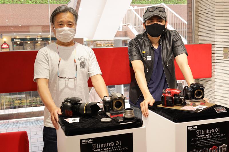 J limited企画を掘り下げていくのにあたり、プロジェクトメンバーを代表してTKO氏(右)とアニキ(左)にお話を聞いていった。実機が展示されている東京・新宿のリコーイメージングスクエア東京にて