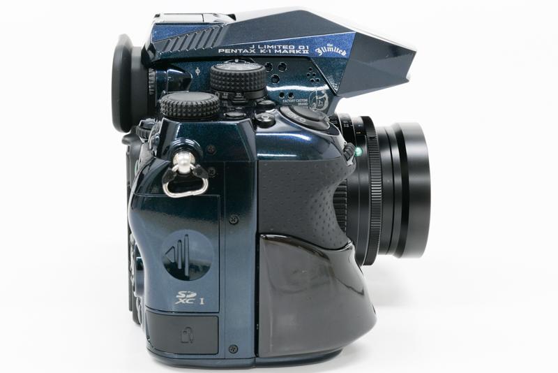 ちょっと前にグリップがせり出す形状は、35mm判フルサイズ機ならではの問題解決も意図したものとなっている。どうしてもレンズが大きく重くなってきてしまうことから、重心が前のめりとなってしまう。だからこそ、ふんばりをきかせるために、このカタチにしている。同社の中判デジタル一眼レフカメラ「PENTAX 645D」も大きく重いレンズの装着・使用をみこんで、同様のアプローチになっているのだという