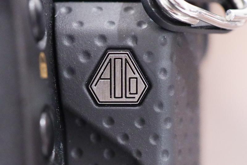左ボディ前面部に設けられた「AOCo」バッジ。AとCの頂点部分がかなり鋭角で仕上げられていることがわかる