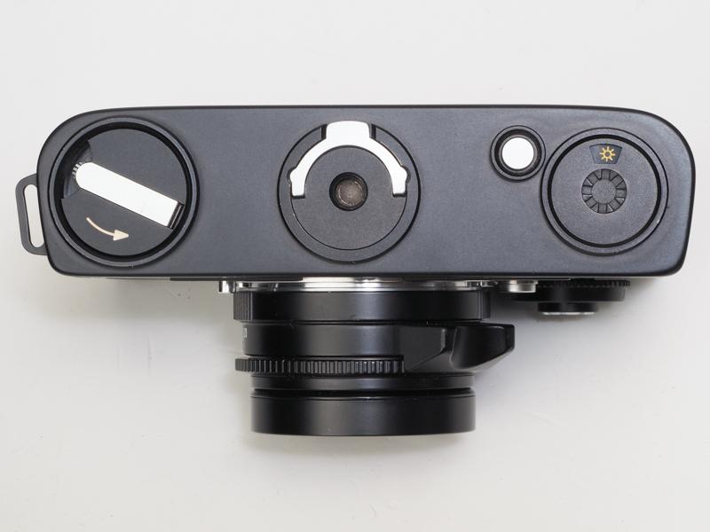 左から巻き戻しクランク、底蓋キー、リワインドボタン、フィルム種別窓ですがライカM5のお子様みたいな意匠です。