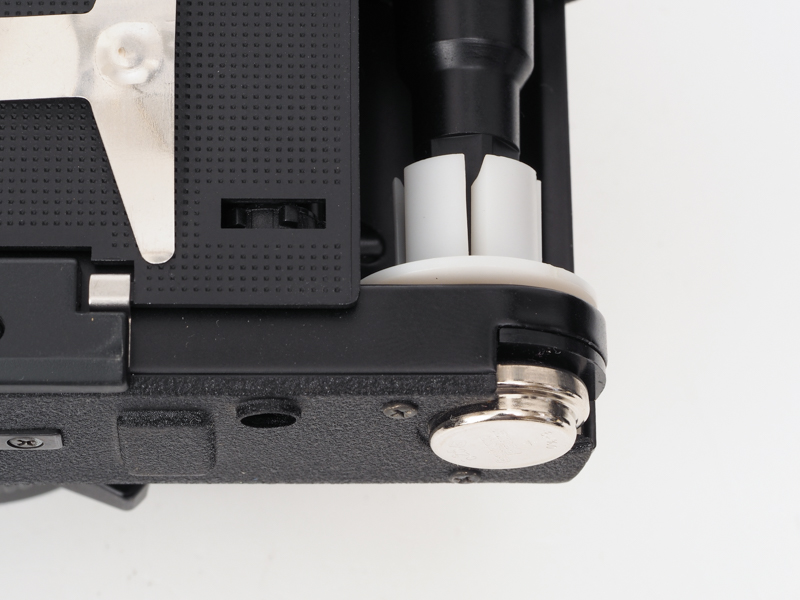 古いカメラですからMR-9の水銀電池使用です。今は互換タイプを使うか電池アダプターでSR44あたりを使えます。底蓋の中にバッテリー室があり、フィルムが入っている時は交換できません。