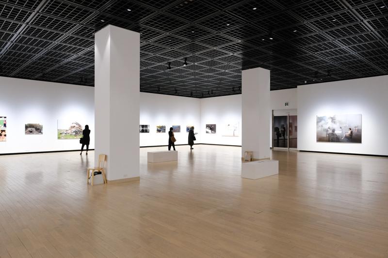 3階展示室は、4面の壁面を使用して展示内容を構成。空間がゆったりととられており、作品も大サイズのため、鑑賞距離を広めにとってまわることができる