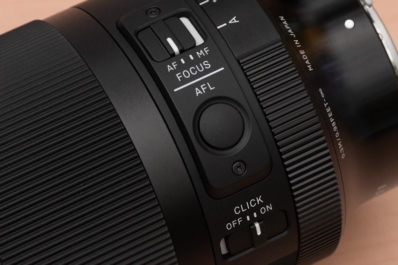 フォーカスモード切替スイッチ、AFロックスイッチ、絞りリングのクリックストップを解除できるスイッチを備える