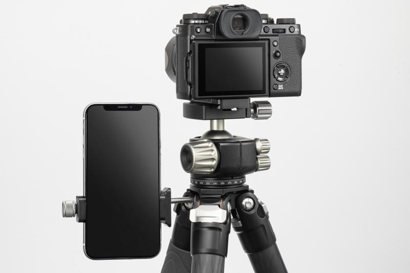 三脚上部にはアクセサリー取付用のネジ穴を装備。マジックアームAM-2とPC-90IIを取り付けると、スマートフォンによるカメラとの同時撮影や、プログラムの確認が可能でとても便利だ。