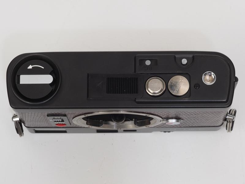 電池室を開けてみます。スライド式です。電池はSRあるいはLR44を2個使います。フィルムカメラ時代には一般的な電池でしたが、最近のデジタルカメラにはまったく関係ないものですよね。グレーのB.Cボタンを押してセルフタイマーの赤ランプが点灯するとバッテリーはOKですが、ランプの造形は少し品がない感じがします。