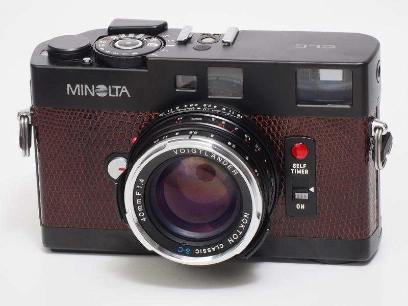 Mロッコール40mm F2は所有していないので、コシナ・フォクトレンダーのノクトンクラシック40mm F1.4 SCを装着してみました。内蔵の40mmフレームをきちんと活かそうという試みです。ただし専用フードをつけると距離計窓がわずかにケラれます。